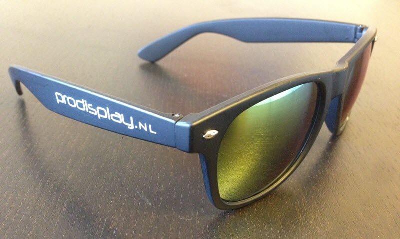 c96bc903f032c0 ... of de pootjes te bedrukken van de zonnebril. Zo kunt u ervoor kiezen om  de één of twee pootjes te bedrukken met een logo